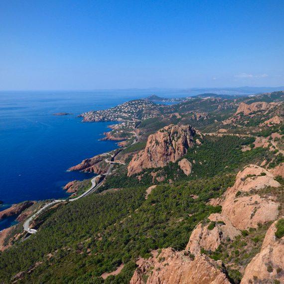 Les roches rouges et la mer