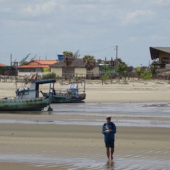 Un homme, une plage, un drone